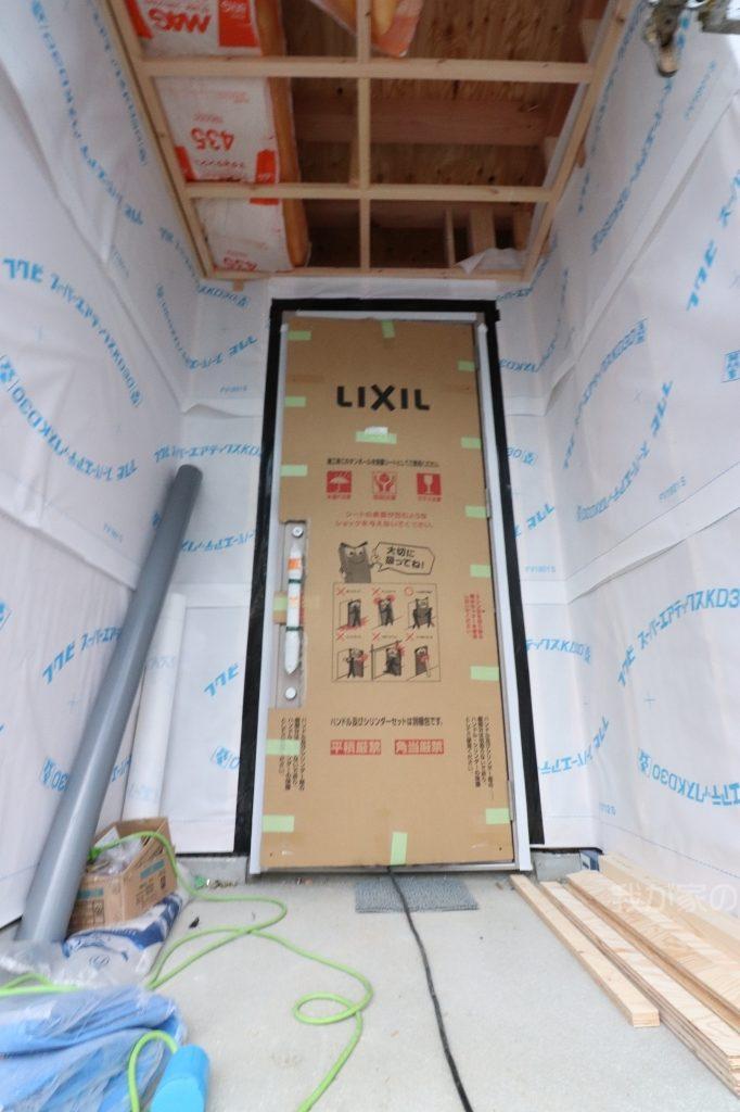 新築工事の玄関ドア