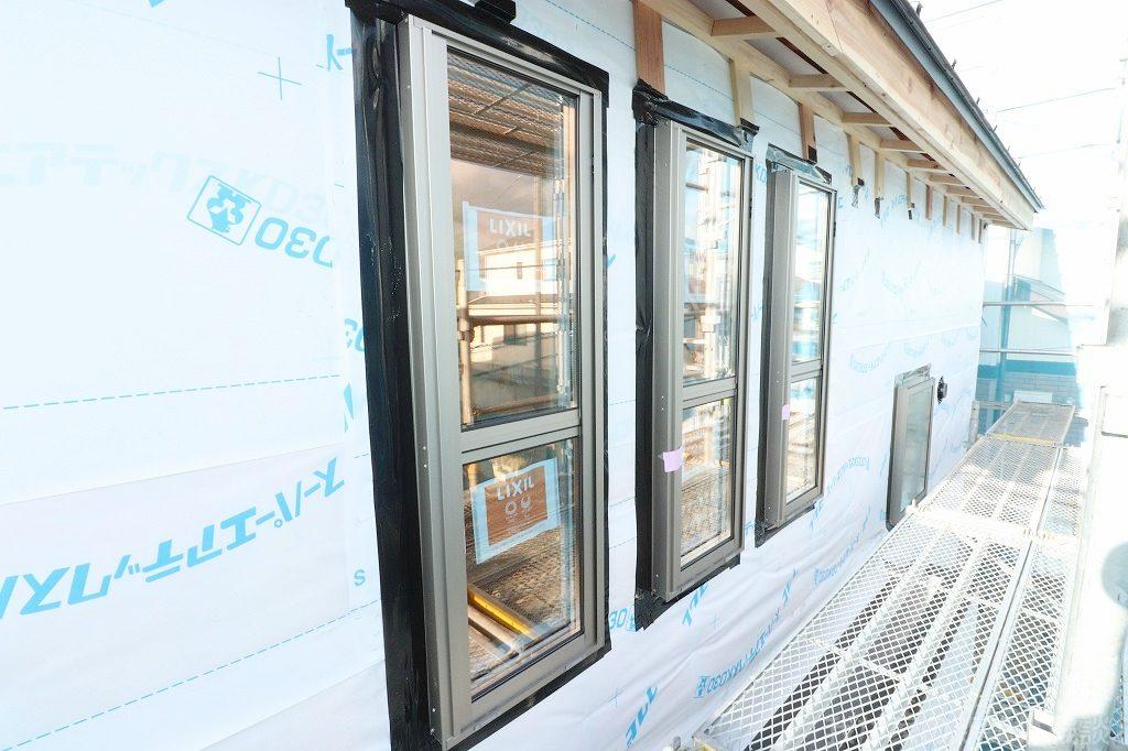 木造新築工事の窓ガラスサッシ