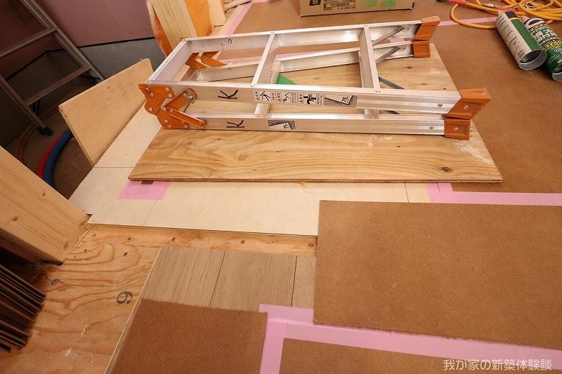 木造新築工事のビニル床タイル