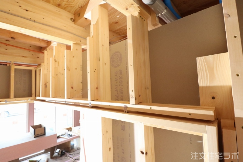 木造新築工事の鴨居・敷居