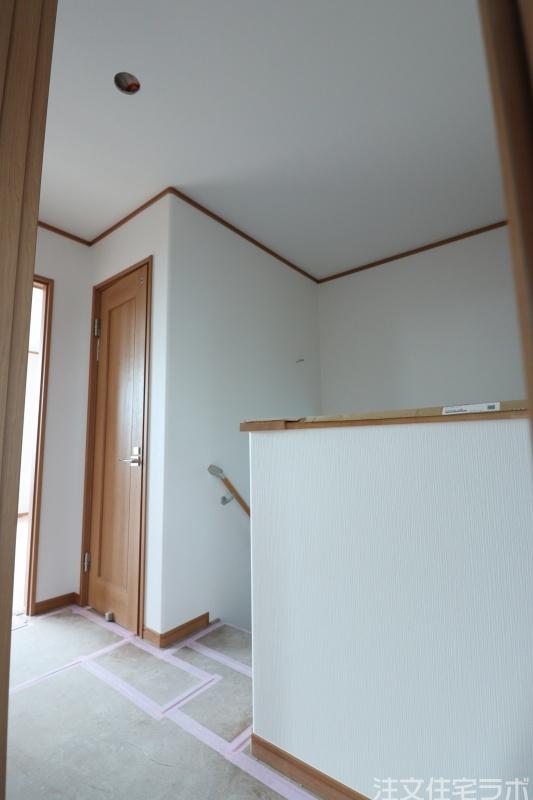 新築工事のクロス(壁紙)張り工事
