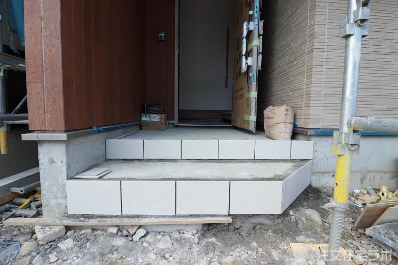 新築 玄関ポーチタイル張り工事