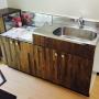 台所を低予算でDIYリフォーム!パイン材扉を使用して古臭いキッチンがお洒落な空間に生まれ変わりました。